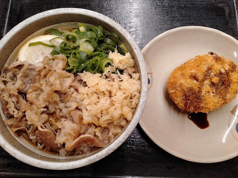 丸亀市の「麵処綿谷丸亀店」のハーフサイズ牛肉ぶっかけとコロッケ