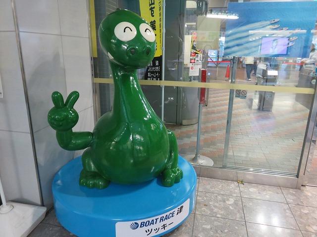 ボートレース津の入場口に展示されているマスコットキャラクター「ツッキー」