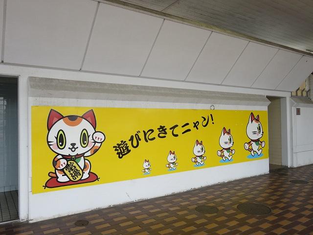 ボートレース常滑の入場門横に貼られている、マスコットキャラクター「トコタン」の絵