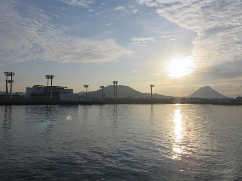 丸亀港から本島へ向かうフェリーのデッキから見える飯野山とボートレースまるがめ