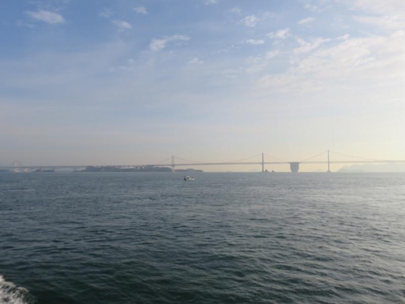 丸亀港フェリーターミナルから本島へ行くフェリーから見える瀬戸大橋