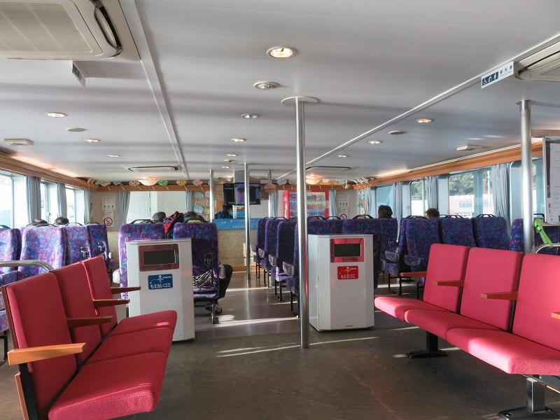 丸亀港フェリーターミナルから本島へ行くフェリーの船内