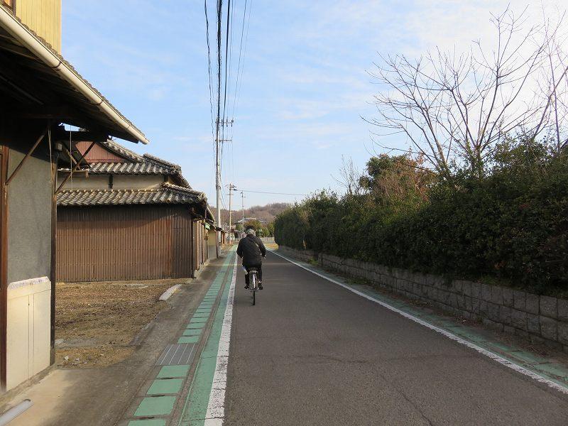 本島を自転車で走るようす