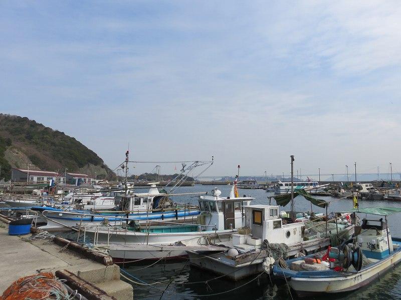 本島の港に停泊する漁船