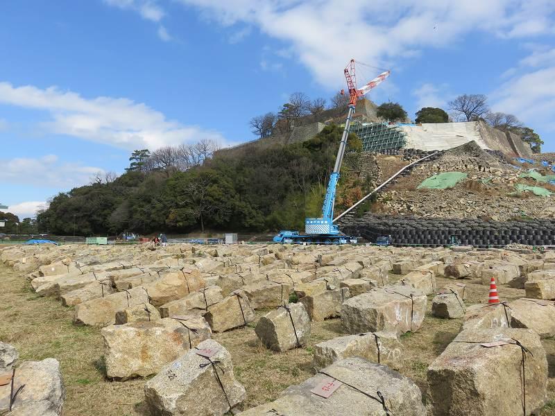 石垣が修復中の丸亀城のようす