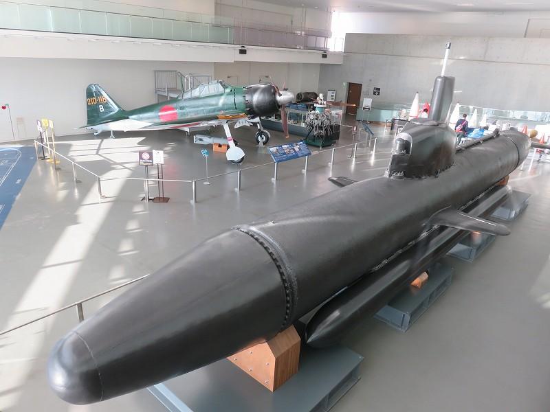 呉市「大和ミュージアム」に展示されている特殊潜航艇「海龍」と零式艦上戦闘機六二型
