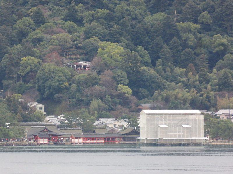 修復中の厳島神社の鳥居