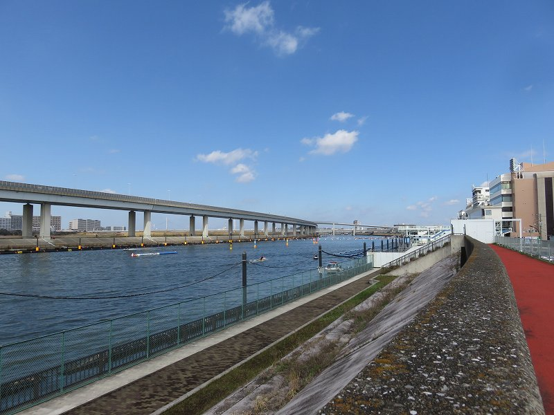 堤防の上から見た江戸川競艇場の競争水面