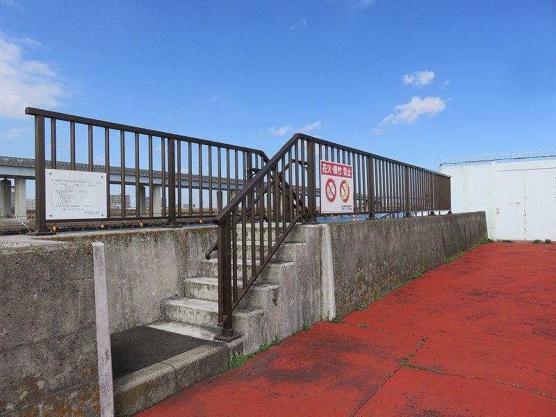 中川の川沿いの道へ降りる階段