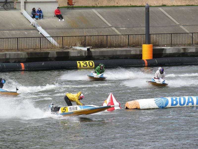 中川沿いの遊歩道から見た江戸川競艇場の競争水面2マーク