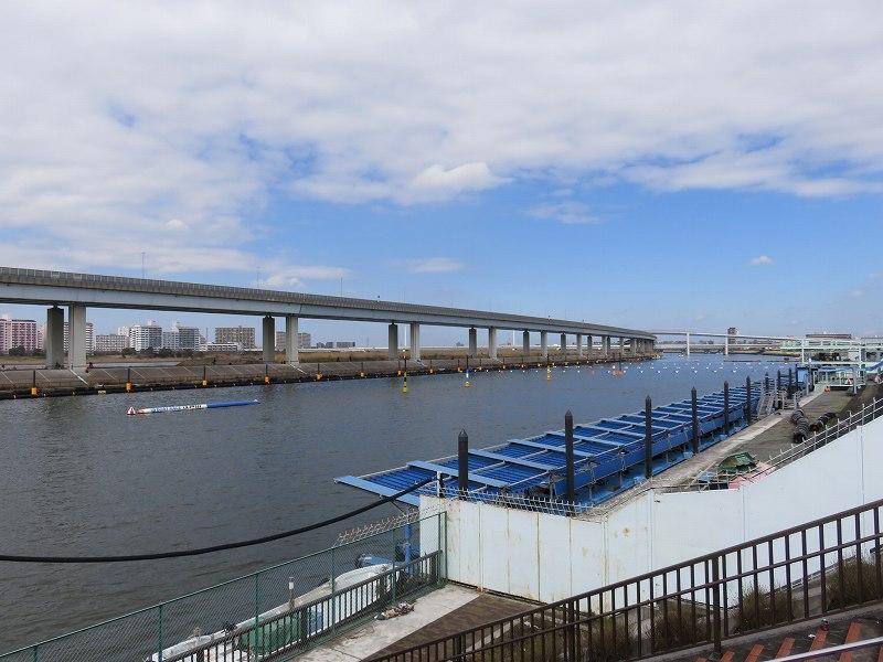 堤防の上から見た江戸川競艇場の競争水面とピット