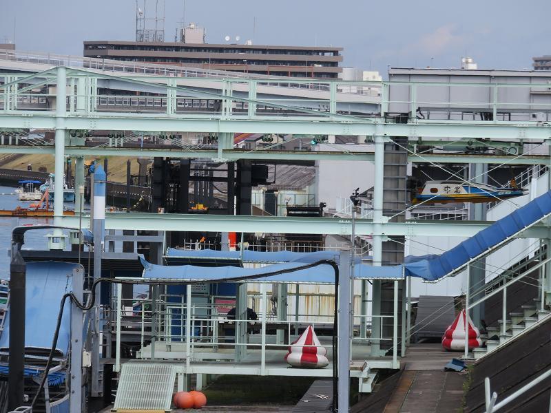 堤防の上から見た江戸川競艇場のピット