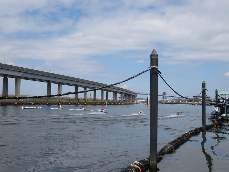 中川沿いの遊歩道から見た江戸川競艇場の競争水面