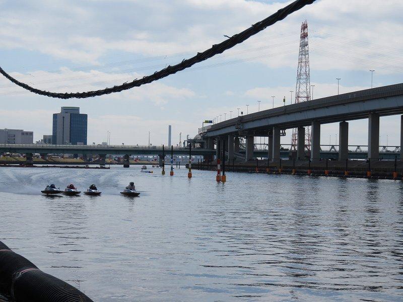 中川沿いの遊歩道から見た江戸川競艇場の競争水面1マーク側