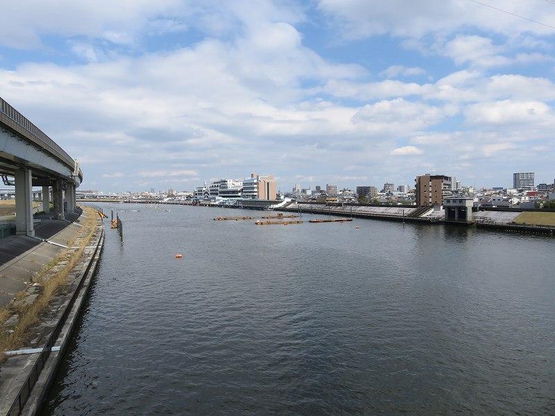新大橋通りから見た中川と江戸川競艇場
