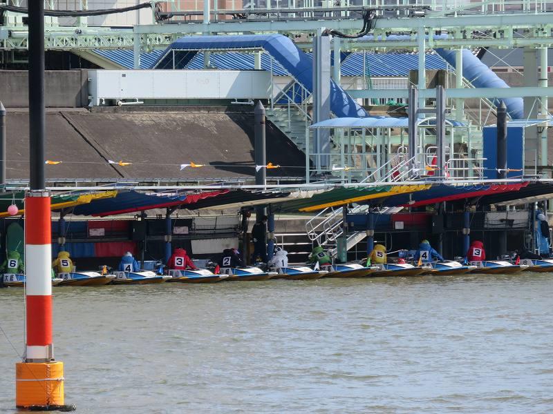 首都高速の下の道から見た江戸川競艇場のピットと選手たち