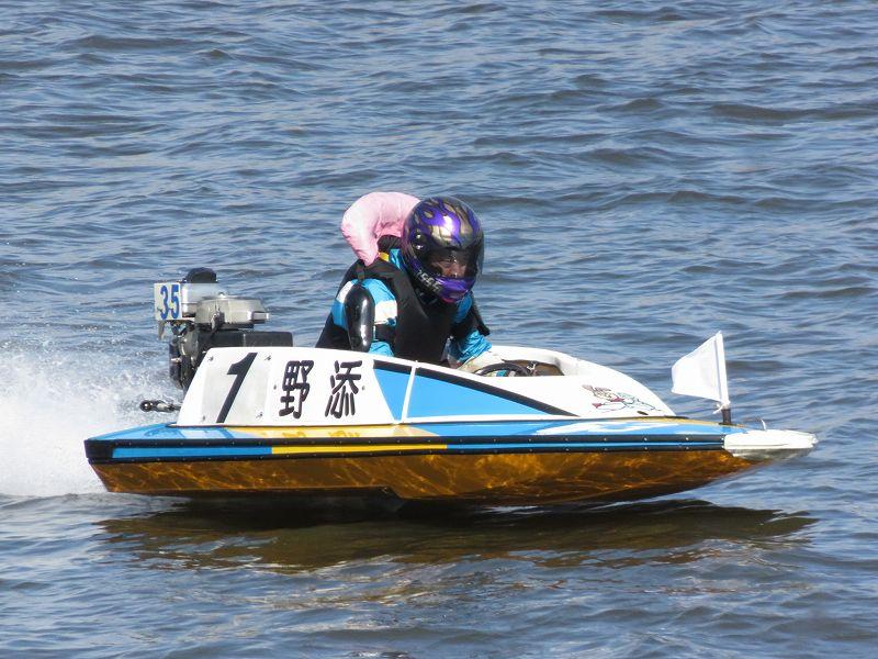 江戸川競艇場を走る野添選手