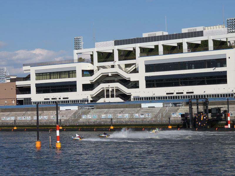 首都高速の下の道から見た江戸川競艇場と競争水面