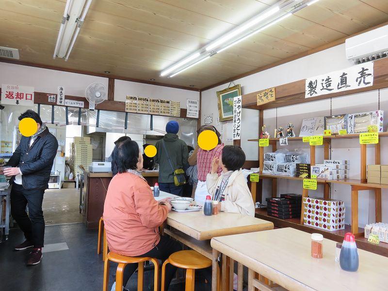 丸亀市の「ことひらうどん工場併設店」の店内