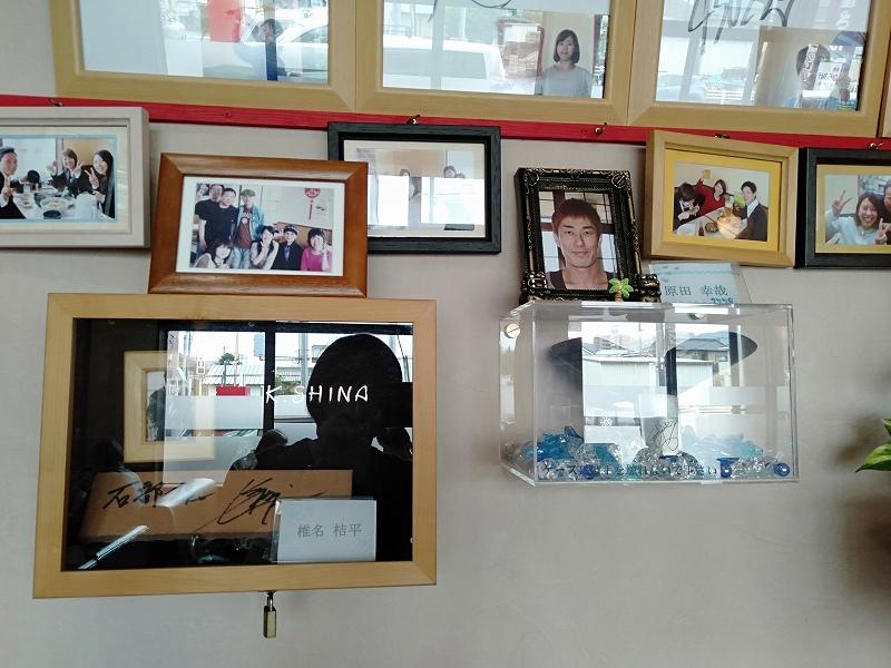 「こうたのらーめん屋さん」の店内に飾られている競艇選手のサインや写真