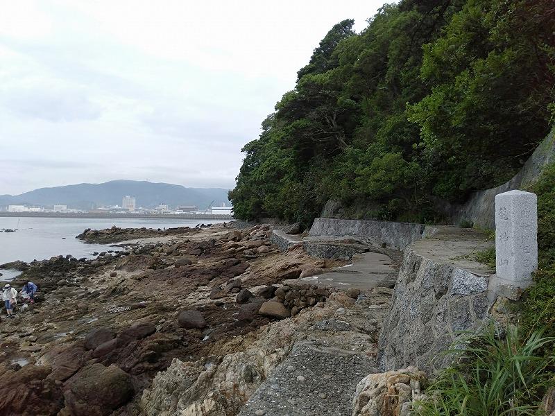 蒲郡の竹島にある遊歩道と海