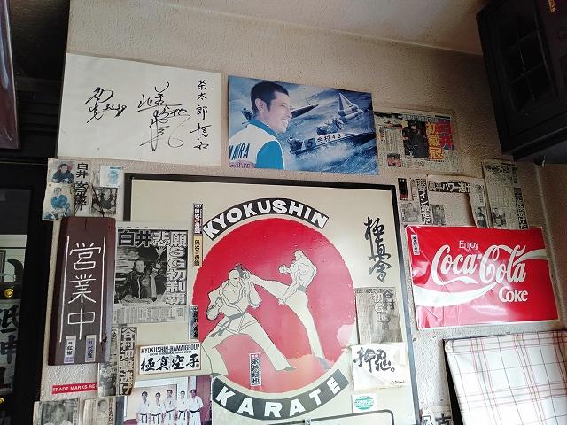 蒲郡駅前の喫茶店「茶太郎」の店内に貼られている競艇選手のサインや新聞記事