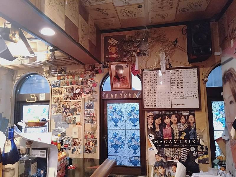 大正駅前の「焼酎&おでんBar楽」の店内のようす