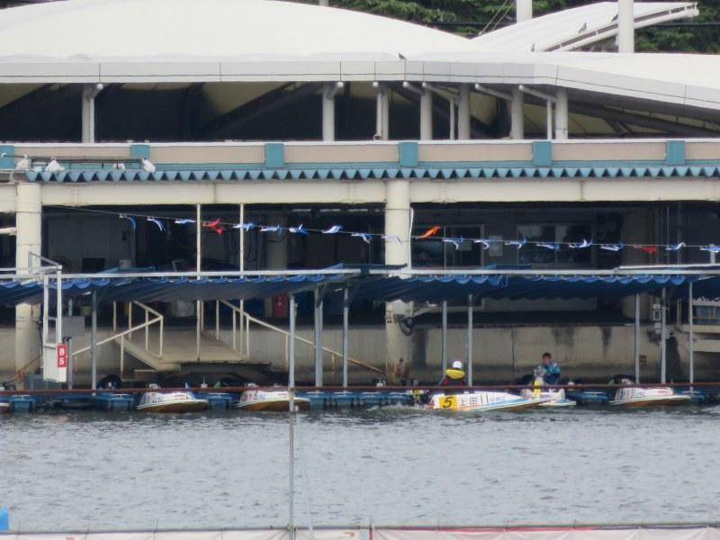 びわこクルーズ船ミシガンから見えるボートレースびわこのピット