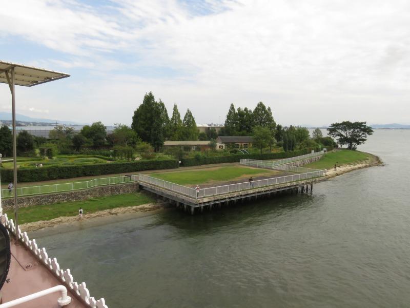 びわこクルーズ船ミシガンから見える柳が先湖畔公園