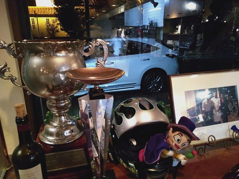 洋風居酒屋カバレ―に飾られている江口晃生選手の優勝トロフィーとヘルメット