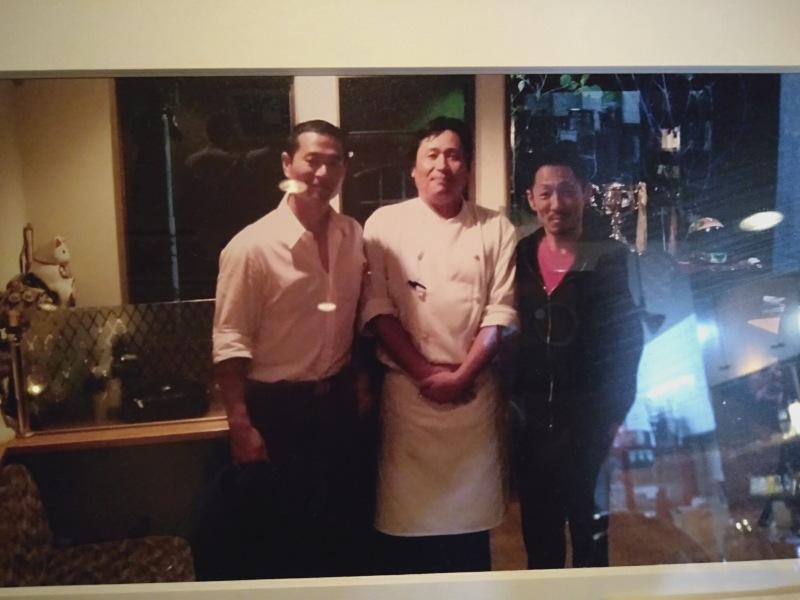 洋風居酒屋カバレ―に飾られている桑田真澄さん、マスター、江口晃生選手の写真