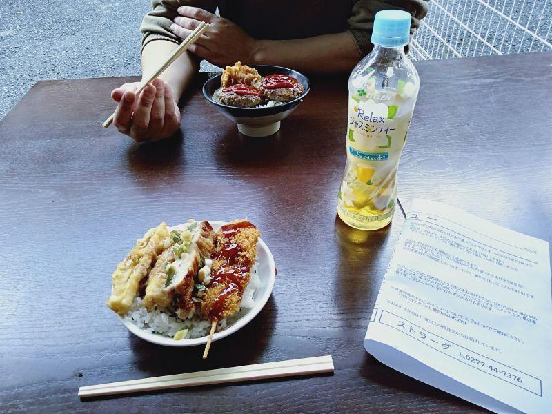 桐生の弁当屋「ストラーダ」の外のテーブル席でご飯を食べているようす