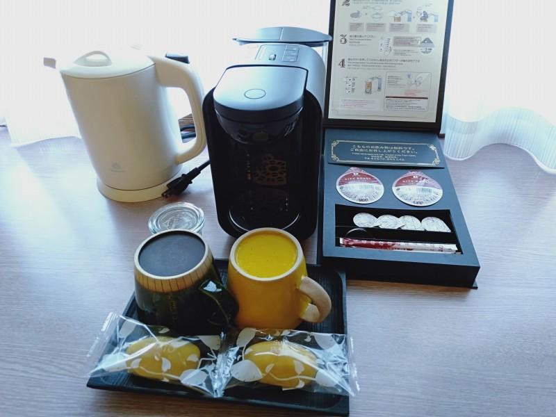 伊香保温泉の洋風旅館ぴのんの部屋に置いてあるコーヒー・紅茶・お菓子