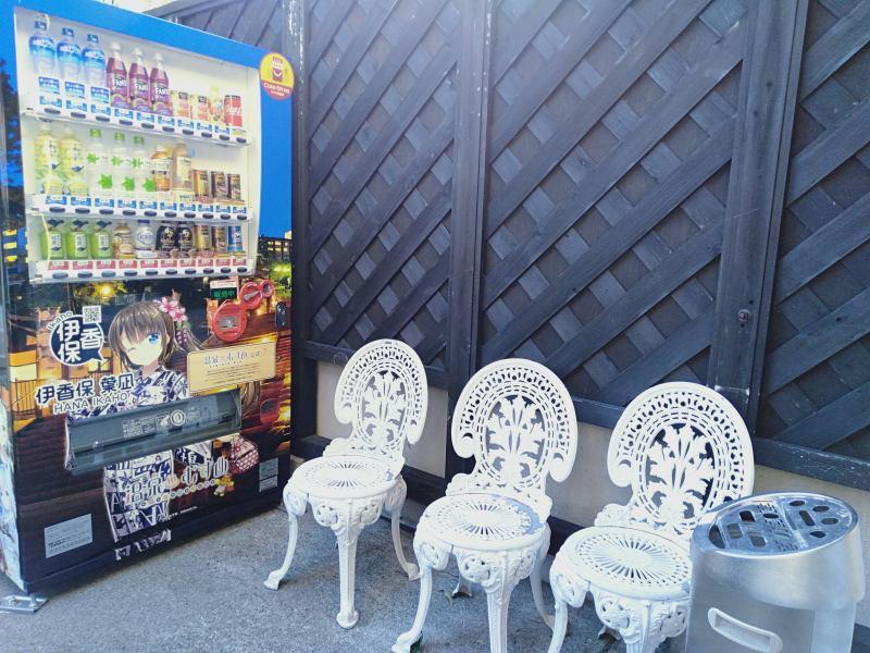 伊香保温泉の洋風旅館ぴのんの通用口にある喫煙所と自動販売機