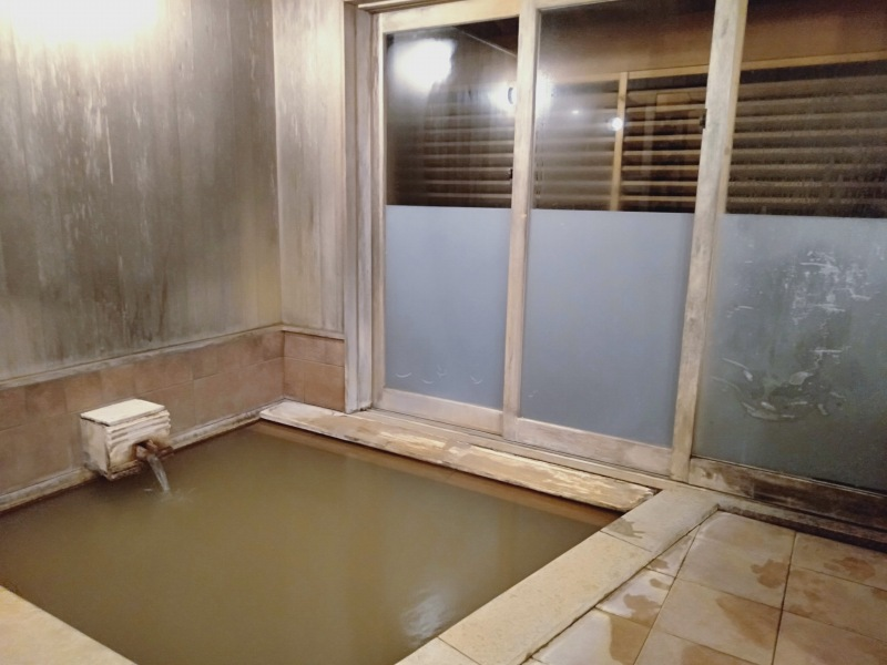 伊香保温泉の洋風旅館ぴのんの内湯「黄金籠もり湯」の湯舟