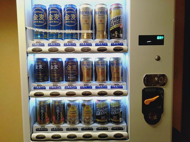 伊香保温泉の洋風旅館ぴのんのランドリールームにあるお酒の自動販売機