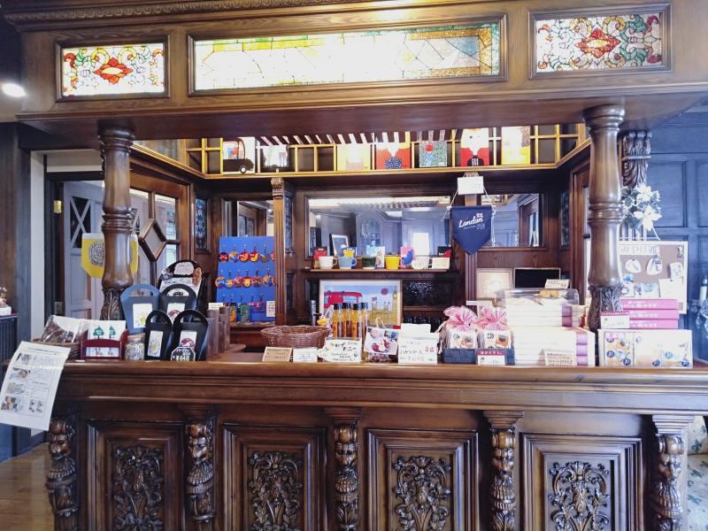伊香保温泉の洋風旅館ぴのんのロビーにあるおみやげコーナー
