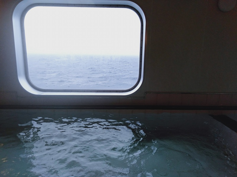 オーシャン東九フェリー「りつりん」の女湯の湯舟から見える景色