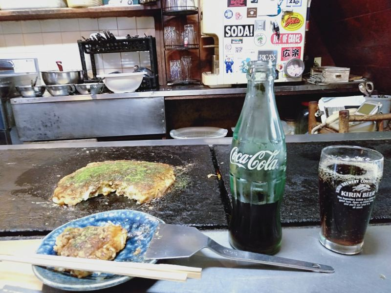 徳島市のお好み焼き屋「いか十」の「豆天玉」とコーラ