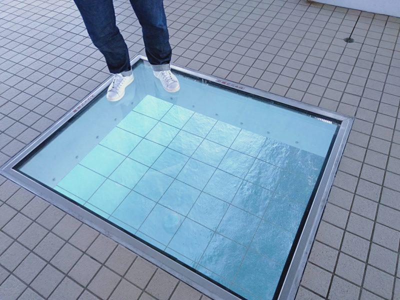 渦の道の遊歩道にあるガラス床