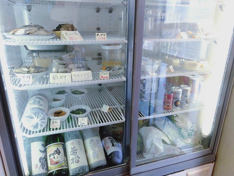 うずしお食堂のおつまみと酒が入った冷蔵庫