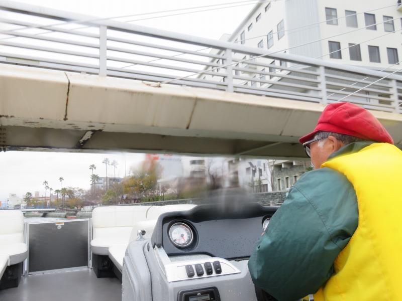 徳島市のひょうたん島クルーズを運航しているようす