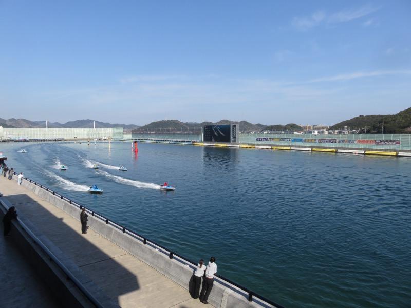 ボートレース鳴門の2階エキサイティングステージから見た水面