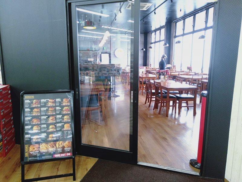 スーペルメルカード・タカラに併設されているハンバーガー屋