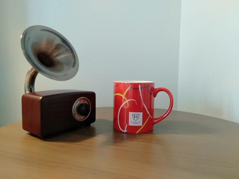 ザロイヤルパークキャンバス京都二条のスタンダードツインの部屋にあるスピーカーとマグカップ